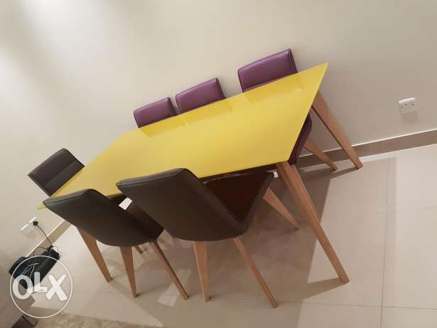 Dining table - 6 seaters - home center - like New