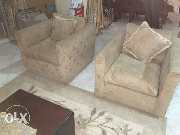 7 seater sofa with 4 side tables and carpet جدة -  5