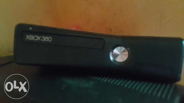 Xbox 360 with 2 hands
