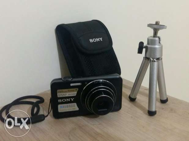 Sony cyber shot 16.1mp digital camera with pouch & tripod.