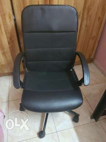 IKEA Revolving office chair/ IKEA Table الرياض -  3